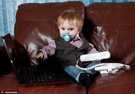 Bé Jonathon có thể khởi động máy tính xách tay của mẹ và sử dụng thông thạo điều khiển TV để chuyển kênh.