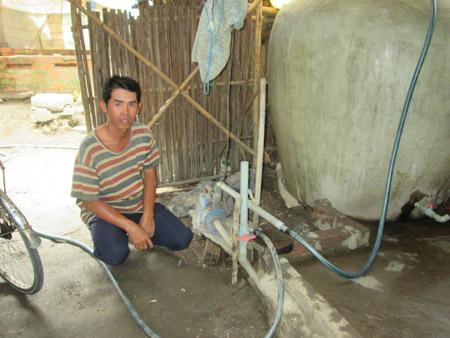 Anh Huỳnh Quốc Dũng sử dụng máy bơm nước 1/2 sức ngựa vì điện không kéo nổi máy có công suất lớn hơn.