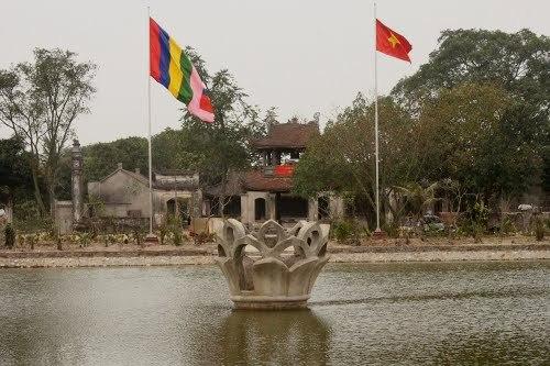 Tam quan chùa đồng thời là gác chuông hai tầng tám mái.
