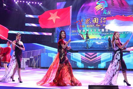 Hoa hậu Trần Thị Quỳnh cầm lá cờ treo ngược tại cuộc thi Hoa hậu Quý bà 2013.
