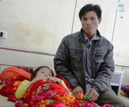 Sau khi bị thầy giáo đánh, em Tâm phải vào bệnh viện huyện Tương Dương điều trị