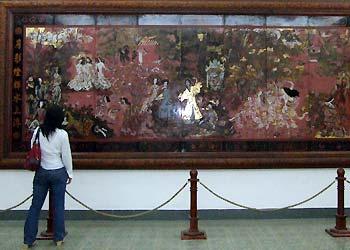 """Tranh sơn mài """"Tranh vườn xuân Trung Nam Bắc"""" của họa sĩ Nguyễn Gia Trí."""