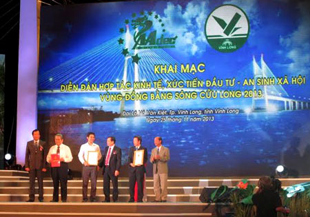 Các nhà lãnh đạo trao bằng chứng nhận cho nhà tài trợ.
