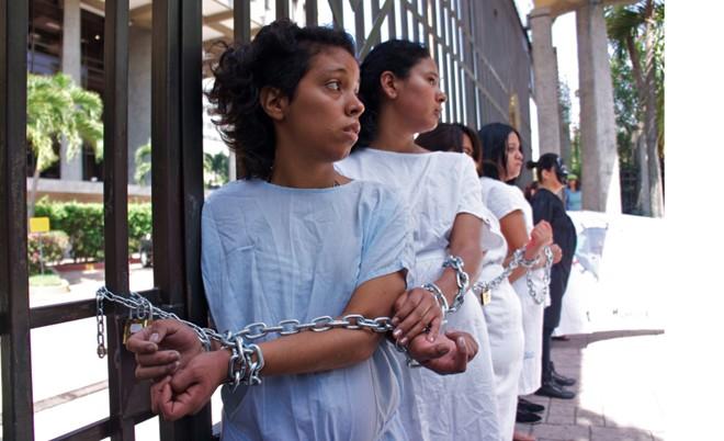 Một nhóm phụ nữ đóng giả những phạm nhân vào tù vì sảy thai trong cuộc biểu tình phản đối luật chống phá thai hà khắc tại thủ đô San Salvador của El Salvador vào năm 2012. Ảnh: vice.com.