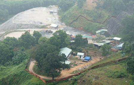 Nhà máy của công ty TNHH Khai thác vàng Bồng Miêu phải tạm ngừng hoạt động vì do sạt lở đất, đá do lũ