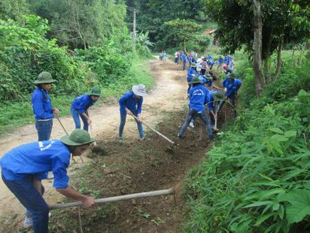 Đoàn viên thanh niên xã Thạch Lâm tham gia xây dựng đường giao thông nông thôn.