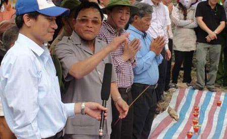Cậu Thủy (người đeo kính, cầm nhang) trong lần tìm kiếm hài cốt liệt sỹ tại Đắk Lắk