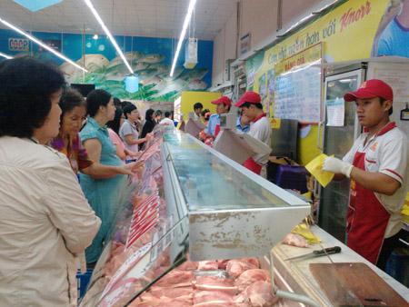 Thịt nhập khẩu tràn ngập siêu thị đang là mối đe dọa cho ngành chăn nuôi trong nước (ảnh minh họa).