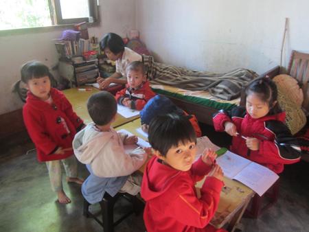 Cô giáo Hoa đang nằm dạy học.