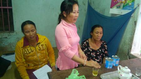 Các cộng tác viên phòng chống lao thôn Tuân Lễ tới giám sát quá trình uống thuốc của bà Nguyễn Thị Khéo (phía ngoài bên phải).