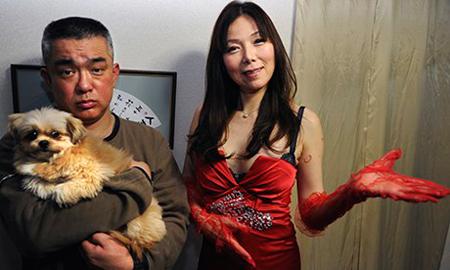 Nữ cố vấn tình yêu - tình dục Ai Aoyama với một nam thân chủ chỉ thích nựng chó .