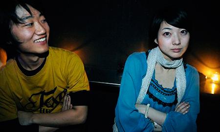 Nam - nữ thanh niên Nhật ngại đụng chạm da thịt .