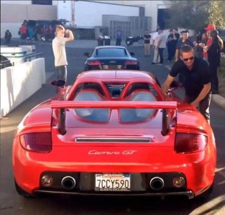 Paul Walker trong một trong những bức ảnh cuối cùng - khi anh tới ủng hộ một cuộc thi đua xe - sự kiện do Reach out worldwide tổ chức để quyên góp quỹ cứu trợ