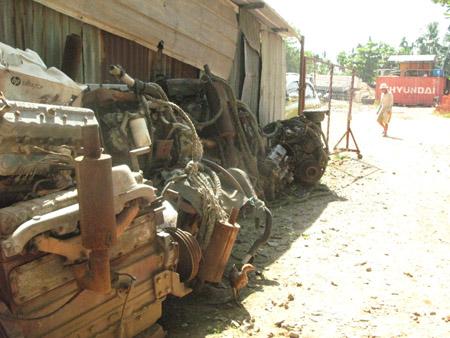 Các máy của ghe, tàu hút cát lậu bị tháo gỡ  để tránh tình trạng tái sử dụng.