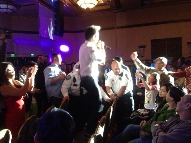 Trong lúc Mr Đàm trình diễn, luôn có các vệ sĩ người Mỹ cao, to kè kè bên cạnh, phòng tránh những khán giả quá khích.