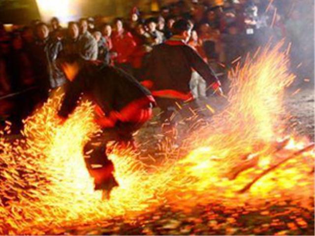 Than đỏ rực hồng trong lễ hội nhảy lửa. (Nguồn ảnh: TTĐT Hà Giang)