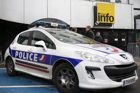 Xe cảnh sát bên ngoài cửa hàng bị cướp