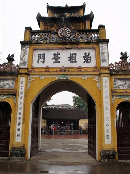 Cổng đền thờ Kinh Dương Vương có bốn chữ Hán đắp nổi Thủy tổ đài môn (cửa đền thờ Đức Thủy Tổ). Ảnh: tienphong