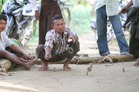 Run Dol là trò chơi dân tộc được rất nhiều nông dân Myanmar yêu thích.