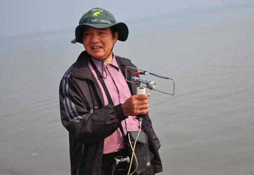 Tiến sĩ Vũ Văn Bằng sử dụng máy địa từ tìm kiếm xác chị Huyền dọc sông Hồng trưa 8.12.