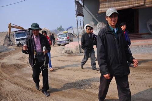 Người nhà theo chân tiến sĩ Vũ Văn Bằng tìm kiếm.