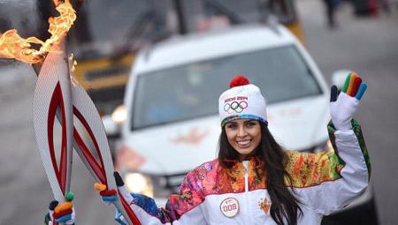 Hoa hậu Elmira Abdrazakova rước ngọn đuốc Olympic Sochi 2014