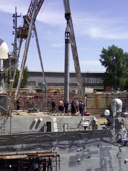 Lắp tên lửa của tổ hợp Kaliber-NK lên tàu