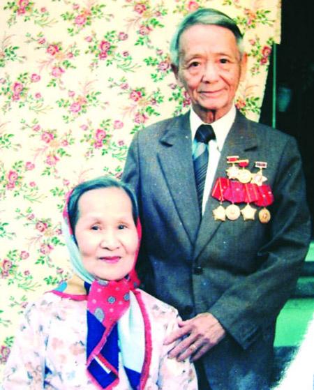 Cố Nhà giáo Nhân dân Nguyễn Lân và vợ.