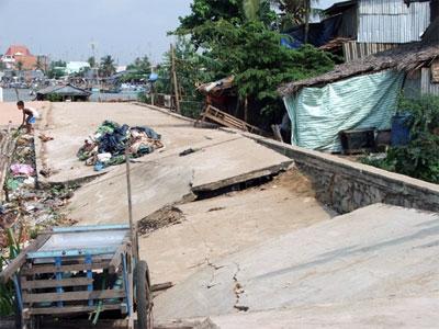 Một vụ sạt lở đất tại thành phố Long Xuyên, An Giang vào năm 2010. (nguồn ảnh: QĐND)