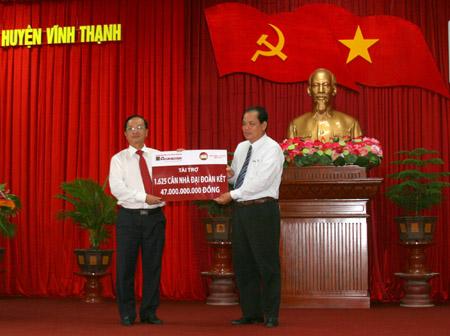 Đại diện Hội đồng thành viên Agribank trao tượng trưng nguồn tài trợ cho lãnh đạo Ủy ban MTTQ TP. Cần Thơ