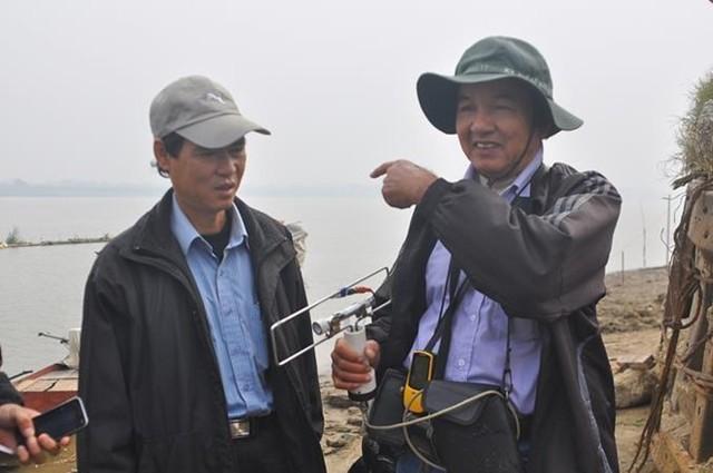 Ông Phạm Đức Quang và Tiến sĩ Vũ Văn Bằng tìm kiếm lần cuối ở sông Hồng.