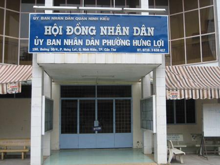 Cửa Văn phòng UBND phường Hưng Lợi đóng im ỉm vào sáng nay 11.12.