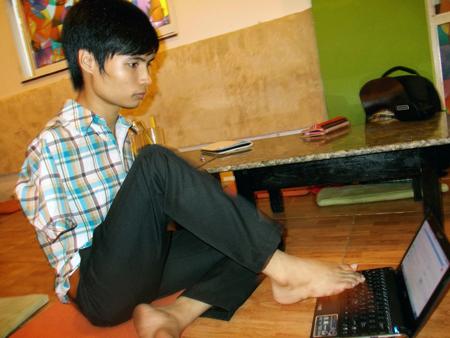 Minh Phú sử dụng máy tính thuần thục bằng hai chân