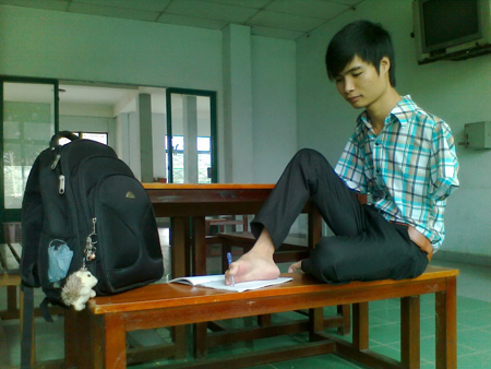 Minh Phú viết bài bằng chân