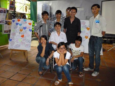Minh Phú (thứ 2 từ trái qua, hàng sau cùng) cùng những người bạn trong CLB Niềm Tin