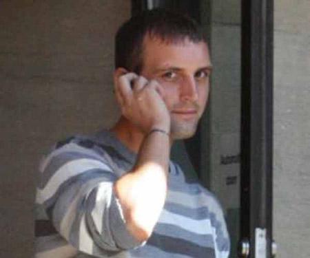 Tên trộm Daniel Severn, 27 tuổi, ở Anh, đã phải cầu xin chủ nhà gọi cảnh sát giải cứu sau khi bị mắc kẹt trong nhà vệ sinh.