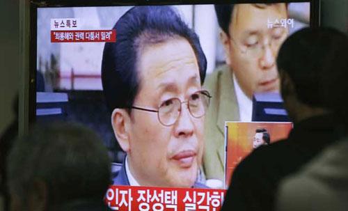 Việc Jang Song-thaek bị xử tử gây chấn động dư luận quốc tế suốt tuần qua. Trong ảnh, người dân Hàn Quốc xemtin tức về vụ xử tử trên truyền hình. Ảnh: AP