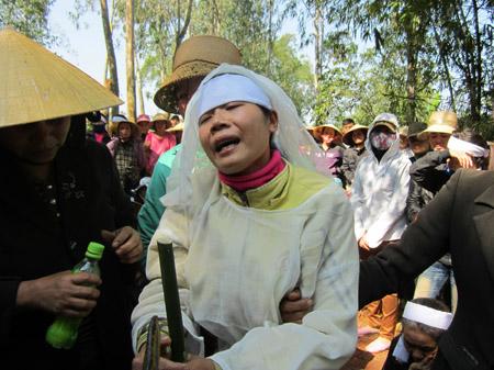 Chị Bùi Thị Lý khóc ngất trong đám tang chồng.