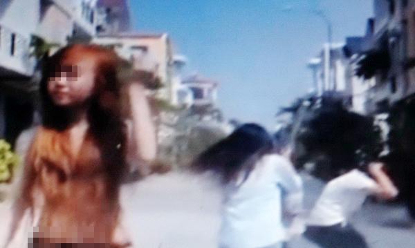 Cảnh giành giật quần áo, tư trang mà cô gái vứt lại.