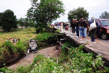 Hiện trường vụ tai nạn xe rớt xuống đèo.