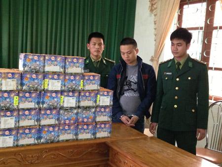 Lực lượng Đồn Biên phòng Cửa Sót bắt giữ đối tượng Hà Huy Thiêm  vận chuyển 48 bánh pháo hoa với trọng lượng 72kg hôm 12.12.