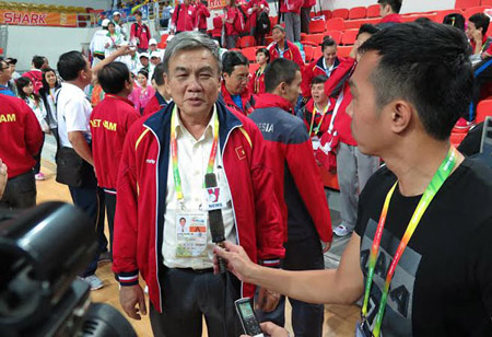 Trưởng đoàn TTVN Lâm Quang Thành đang trả lời báo giới.