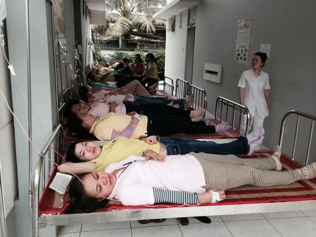 Các công nhân bị ngộ độc thức ăn đang được điều trị tại Trung tâm y tế huyện Châu Thành. (Nguồn ảnh: Người Lao động)