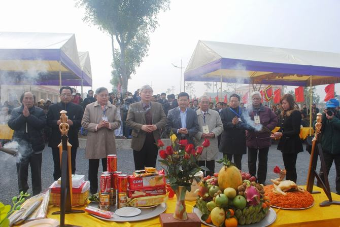Dâng hương trước khi tiến hành nghi lễ đúc trống