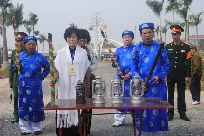 ngọn lửa thiêng được lấy từ Đền Đồng cổ, Thành Nhà Hồ, Nhà tưởng niệm Bác Hồ (ở Thanh Hóa) và bàn Thờ cố Đại tướng ở Hà Nộ