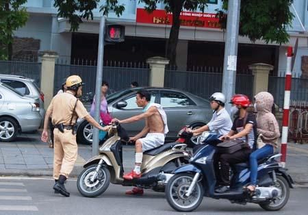 Cảnh sát dừng xe người vi phạm giao thông.