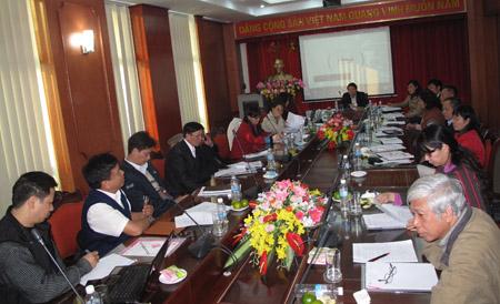 Các đại biểu thảo luận tại hội nghị.