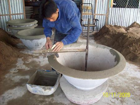 Nông dân phường Ba Láng, quận Cái Răng vay vốn ưu đãi đầu tư làm chậu cảnh.