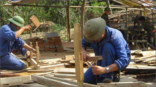 Bộ đội biên phòng giúp người nghèo xây nhà (Nguồn ảnh: VOV)