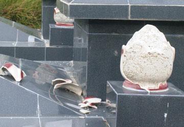Phần búp sen trên các ngôi mộ bị đập phá chưa rõ nguyên nhân. Ảnh: XP